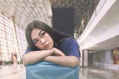 Mooie Aziatische toerist met slaperige uitdrukking op koffer royalty-vrije stock foto's