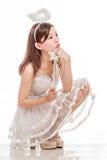 Mooie Aziatische Vrouw in Angel Costume, het zitten omhoog het kijken royalty-vrije stock fotografie
