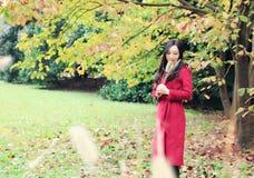 Mooie Aziatische vrouw in de herfstpark stock foto's
