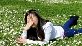 Mooie Aziatische vrouw die aan allergie in de lente lijden stock footage