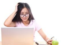 Mooie Aziatische vrouw die laptop computer op witte achtergrond met behulp van Stock Foto's