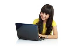 Mooie Aziatische vrouw die laptop met behulp van royalty-vrije stock afbeeldingen