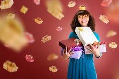 Mooie Aziatische vrouw die vele giftdoos houden voor het in dozen doen dag Stock Afbeeldingen