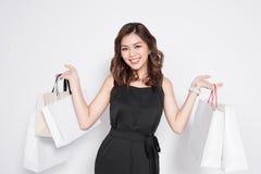 Mooie Aziatische vrouw die zwarte kleding met het winkelen stan zak dragen Stock Afbeelding