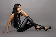 Mooie Aziatische vrouw in gestript vest stock afbeeldingen