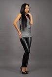 Mooie Aziatische vrouw in gestript vest Royalty-vrije Stock Afbeeldingen