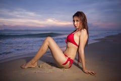 Mooie Aziatische vrouw in het rode bikini stellen royalty-vrije stock afbeelding