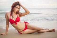 Mooie Aziatische vrouw in het rode bikini stellen royalty-vrije stock afbeeldingen