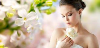 Mooie Aziatische vrouw met bloem en juwelen royalty-vrije stock afbeeldingen