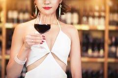 Mooie Aziatische vrouw met een glas wijn stock afbeeldingen
