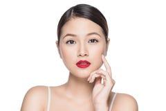 Mooie Aziatische vrouw met retro make-up met rood lippen geïsoleerd o royalty-vrije stock foto