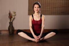 Mooie Aziatische vrouw in opwarmingsrek exericse Royalty-vrije Stock Foto's