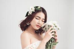 Mooie Aziatische vrouwenbruid op grijze achtergrond Het portret van de close-up Royalty-vrije Stock Foto
