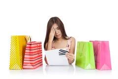 Mooie Aziatische vrouwenhoofdpijn met creditcardverklaring en sh stock afbeeldingen