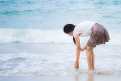 Mooie Aziatische vrouwenvakantie op strand van Thailand Stock Foto