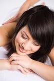Mooie Aziatische woman spa massage royalty-vrije stock afbeeldingen