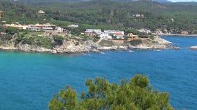 Mooie baai in Costa Brava, dorpsla Fosca in Spanje stock videobeelden