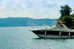 Mooie baai met varend botenjacht, de vakantie van Europa Zeilen, reis en actief levensstijlconcept Een luxejacht royalty-vrije stock fotografie