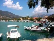 Mooie baai van Vasiliki-dorp Het eiland van Lefkada bij het Ionische overzees Grieks zeegezicht stock fotografie