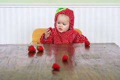 Mooie baby in aardbeikostuum royalty-vrije stock fotografie