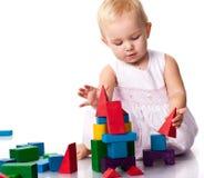 Mooie baby die een kasteel bouwt Stock Foto's