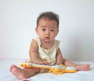 Mooie baby en stuk speelgoed gitaar Royalty-vrije Stock Foto's