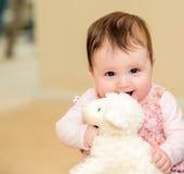Mooie baby in gebloeide kleding stock foto