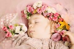 Mooie baby met bloemen Stock Foto's