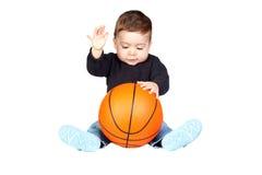 Mooie baby met een basketbal Stock Foto's