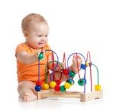 Mooie baby met kleuren onderwijsstuk speelgoed Stock Foto's