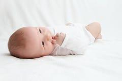 Baby op rug Stock Foto's