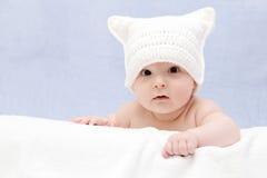 Mooie baby in witte hoed Stock Foto