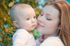 Mooie baby in zijn moedershanden. Royalty-vrije Stock Foto