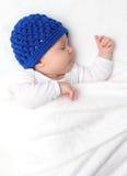 Mooie babyslaap op bed Stock Afbeeldingen