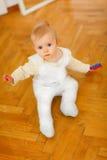 Mooie babyzitting op vloer Stock Afbeeldingen