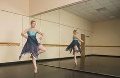Mooie ballerina die voor spiegel dansen Royalty-vrije Stock Afbeeldingen