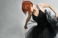 Mooie ballerina die zwarte tutu draagt royalty-vrije stock afbeeldingen