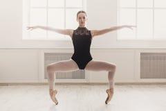 Mooie ballerinatribunes in ballet plie positie Royalty-vrije Stock Afbeeldingen