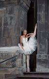 Mooie balletvrouw op treden royalty-vrije stock afbeelding