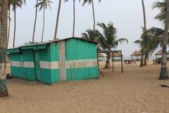 Mooie bambohut in zandig strand royalty-vrije stock afbeeldingen