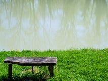 Mooie bank dichtbij het meer Stock Foto's