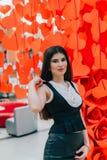 Mooie bedrijfsdame bij de rode document harten Stock Foto