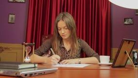 Mooie bedrijfsdame, CEO bezig het werken in haar bureau stock videobeelden