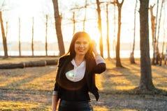 Mooie bedrijfsdame in een zonnig park Portret Stock Foto