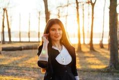 Mooie bedrijfsdame in een zonnig park Portret Royalty-vrije Stock Foto