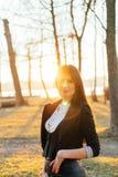 Mooie bedrijfsdame in een zonnig park Portret Royalty-vrije Stock Afbeelding