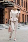 Mooie Bedrijfsvrouw in beige kostuum Royalty-vrije Stock Foto's