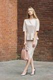 Mooie Bedrijfsvrouw in beige kostuum Stock Fotografie