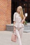 Mooie Bedrijfsvrouw in beige kostuum Stock Foto