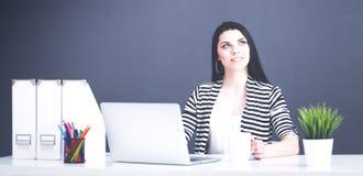 Mooie bedrijfsvrouw die bij haar bureau met laptop werken Royalty-vrije Stock Foto's